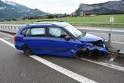 Die drei Insassen dieses Autos verletzten sich. (Bild: Kapo SG)