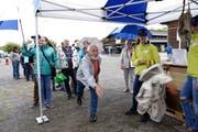 Die Besucher konnten sich unter anderem im Schwinghosenwerfen üben. (Bild: Werner Schelbert (Zug, 25. August 2018))