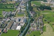 Auf der Wiese südlich des Waffenplatzes Wil in Oberdorf (am unteren linken Bildrand) ist der dreigeschossige Ersatzbau geplant. (Bild: PD)