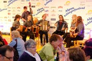 Mit ihrem frischen und unbescherten Auftritt erfreuten die Nidwaldner Meitli das Ristis-Publikum (von links): Julia Leu, Peter Odermatt, Lisa Hess, Fabienne Näpflin, Selina Odermatt, Cornelia Barmettler und Marie-Soleil Flüeler.