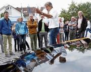 Urs Schwegler, Projektleiter von e'mobile, erklärt, wie die Elektrofahrzeuge funktionieren. (Bild: Werner Schelbert (Hünenberg, 25. August 2018))