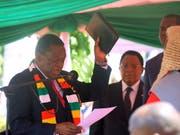 Emmerson Mnangagwa (links) ist in Simbabwe als Präsident vereidigt worden. (Bild: KEYSTONE/EPA/AARON UFUMELI)