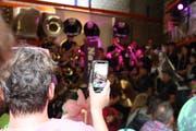 Stedy-Chef Valentin Stettler filmt mit dem Handy das Guggenkonzert der Glöggli Clique aus Amriswil. (Bild: Desirée Müller)