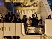 Die Migranten konnten das Schiff verlassen und wurden nach Messina gebracht. (Bild: KEYSTONE/EPA ANSA/ORIETTA SCARDINO)