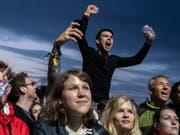Fans am Zürich Openair am Freitag während des Konzerts des britischen Sängers Liam Gallagher. (Bild: KEYSTONE/ENNIO LEANZA)
