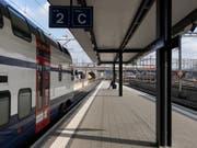 Weniger Sitzplätze für S-Bahn-Passagiere in Zürich und Umgebung. Grund sind Wartungsarbeiten und zu wenig Personal. (Bild: Keystone/GAETAN BALLY)