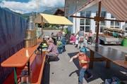 Beim Dosenwerfen hatten auch die Kleinen an der Jubiläums-Chilbi viel Spass. (Bilder: Izedin Arnautovic (Kägiswil, 26. August 2018))