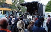 Trotz Regen spielten die Bands am Baarer Dorf-Fäscht am Samstag nicht vor leeren Plätzen. (Bild: Werner Schelbert (25. August 2018))