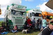 Die Trucks an der Chilbi in Oberhelfenschwil lockten viele Interessierte an. (Bild: Michael Hug)
