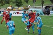 Abwehrspieler Patrick Peters (mit Kopfschutz) erzielte das wichtige 2:0 für den FC Bazenheid. (Bild: Beat Lanzendorfer)