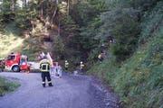 Zur Bergung des abgerutschten Läufers aus dem unwegsamen Gelände stand auch die Feuerwehr Unterägeri im Einsatz. (Bild: Zuger Polizei)