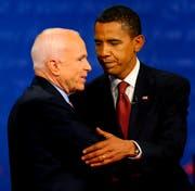 Barack Obama (rechts) und John McCain schütteln die Hände nach der ersten Präsidentschaftswahl-Debatte im Jahr 2008. (EPA/LARRY W. SMITH)