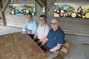 Trafen sich für ein Gespräch im Blockhaus (von links): Diego Bazzocco, Geschäftsführer, Roman Wüst, Direktor, und Josef Bucher, Geschichtsexperte und früherer Direktor. (Bild: Primus Camenzind (Wilen, 24. August 2018))