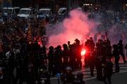Die Gruppierungen haben sich gemäss Polizei mit Feuerwerkskörpern beworfen. (Bild: EPA/FILIP SINGER)