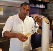 Der Tamile Joy Rasanayagam beim Zapfen von Bier im «Münzhof». (Bild: Ines Biedenkapp)