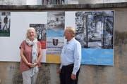 Carola Nadler und Daniel Schönenberger mit der Stiftungsurkunde, die das Werbeplakat ziert. (Bild: Tobias Bruggmann)