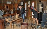 Urs Neuhauser, stellvertretender Betriebsleiter, gibt einem Besucher Auskunft. (Bild: Ramona Riedener)