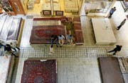Keine Kunden für teure Perserteppiche: Aufnahme aus einem Teheraner Basar. (Bild: Abedin Taherkenareh/EPA; 6. August 2018)