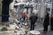 Die Besucher lassen sich die Produktionsanlage der Avery Dennison in Kreuzlingen zeigen. (Bild: Rolf Müller)