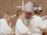 Am Sonntag hatte Papst Franziskus gesagt, wenn sich Homosexualität schon in der Kindheit zeige, gebe «es viel, das mit Psychiatrie gemacht werden kann, um zu sehen, wie die Dinge liegen». Am Montag zog der Vatikan die Aussage am Montag «zurück». (Bild: KEYSTONE/AP/MATT DUNHAM)