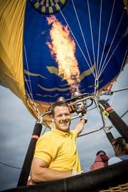 Ballonfahrer Stefan Zeberli in voller Aktion. (Bild: Reto Martin)