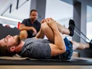 Justin Murisier (im Vordergrund) musste das Trainingslager in Neuseeland wegen Knieschmerzen abbrechen (Bild: KEYSTONE/VALENTIN FLAURAUD)