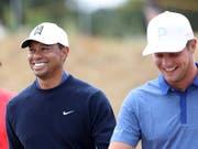 Der Verlierer und der Sieger bei bester Laune: Tiger Woods und Bryson DeChambeau (Bild: KEYSTONE/AP/PETER MORRISON)