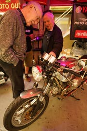 Eine umgebaute Moto Guzzi weckt das Interesse der Festbesucher in Gloten.