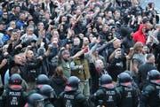 Polizisten stehen in der Innenstadt am Karl-Marx-Monument bei einer Kundgebung der rechten Szene, um ein Aufeinanderprallen von rechten und linken Gruppen zu verhindern. (Bild: KEYSTONE/DPA/Jan Woitas)