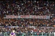 «Gerechtigkeit für Genua»: Fussball-Fans solidarisieren sich beim ersten Heimspiel der Genovesi mit den Bürckeneinsturz-Opfern. (Bild: Claudio Giovannini/ANSA via AP)
