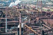 Birgt politischen Zündstoff: Europas grösstes Stahlwerk im süditalienischen Taranto. (Bild: Fabrizio Villa/Getty (9. April 2013))