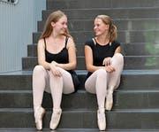 Die Maturandinnen Melanie Jallard (links) und Anja Schellingerhout sind parat. (Bild: Marion Wannemacher (Sarnen, 21. August 2018))