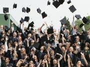 Wer einen Studienabschluss in der Tasche hat, hat noch lange nicht ausgesorgt. In der Schweiz haben 4,8 Prozent der Studienabsolventen ein Jahr nach dem Abschluss noch keine Stelle. In der Romandie liegt der Prozentsatz sogar bis zu doppelt so hoch. (Bild: Keystone/AP/JOERG SARBACH)