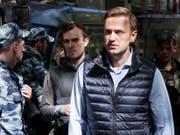 Der russische Regierungskritiker Alexej Nawalny ist erneut zu 30 Tagen Haft verurteilt worden. Das Moskauer Gericht begründete die Strafe damit, dass Nawalny abermals zu nicht genehmigten Demonstrationen aufgerufen habe. (Bild: KEYSTONE/EPA/YURI KOCHETKOV)
