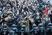 Rechte Demonstranten gestern im Zentrum von Chemnitz. (Bild: Jan Woitas/Keystone)