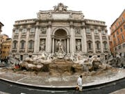 Im Trevi-Brunnen und anderen Brunnen in Rom suchen angesichts der heissen Temperaturen immer wieder Touristinnen und Touristen trotz Verboten Abkühlung. Mit den happigen Strafen kann die Stadt Rom ihre Kassen füllen. (Bild: KEYSTONE/EPA/ETTORE FERRARI)