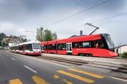 """Die bis anhin eingesetzten Gelenktriebwagen auf der Linie St.Gallen-Trogen (links) verkehren künftig in Neuenburg. Neu pendelt der """"Tango"""" zwischen St.Gallen und Trogen hin und her. (Bild: Urs Bucher)"""