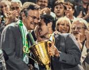 Präsident Thomas Müller (links) und Trainer Marcel Koller mit dem Meisterpokal in der Hand. (Bild. Keystone/Walter Bieri)