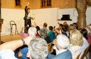 Der Kabarettist Flurin Caviezel aus dem Engadin hatte das Publikum in der Alten Mühle schnell «im Sack». (Bild: Heidy Beyeler)
