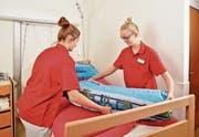 Zwei Lernende bei ihrer täglichen Arbeit in einem der Urner Pflegeheime. (Bild: PD)