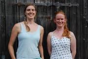 Katy Pegg und Amelie Brune (rechts) stehen vor der Scheune, in der sie früher viel geübt haben. (Bild: Emilie Jörgensen)