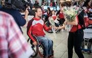 Der Thurgauer Marcel Hug wird am Montag am Flughafen Zürich-Kloten von Fans und Familie sowie den Medien empfangen. (Bilder: Reto Martin)