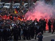 Aggressive Stimmung: Bei Zusammenstössen rechts- und linksgerichteter Demonstranten sind am Montagabend in Chemnitz nach Polizeiangaben mindestens zwei Personen verletzt worden. (Bild: KEYSTONE/EPA/FILIP SINGER)