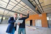 Sekundarschulpräsident Robert Schwarzer und Projektleiter Simon Oswald im Mehrzwecksaal. Die Decke wurde angehoben und verstärkt mit Stahlstützen sowie Kohlefaserlamellen. (Bild: Max Eichenberger)
