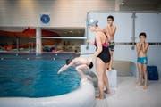 Schwimmunterricht im Hallenbad Rosenau in Gossau, das 1971 eröffnet wurde. (Bild: Benjamin Manser (13.Dezember 2017))