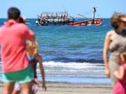 Erstmals seit fast vier Jahren hat ein Flüchtlingsboot Australien erreicht. Das Boot lief vor der Küste auf Grund. Inzwischen konnten 15 Bootsinsassen gefunden werden. (Bild: KEYSTONE/EPA AAP/BRIAN CASSEY)