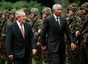 Arnold Koller mit Südafrikas Präsident Nelson Mandela am 3. September 1997 in Bern. (Keystone/Jürg Müller)