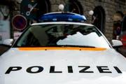 Eine Frau mit ihrem Kind wurde fast angefahren. Die Polizei sucht Zeugen. (Bild: Urs Jaudas)