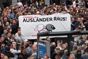 Das Sujet dürfte Schweizern bekannt vorkommen: das SVP-Schäfchen tauchten an der Demonstration rechtsextremer Gruppierungen in Chemnitz auf. (Bild: Filip Singer/EPA, Chemnitz, 27. August 2018)