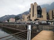 Das von Mario Botta geplante Casino dominiert das Dorfbild in Campione d'Italia. Nun steht es vor dem Aus. (Bild: Keystone/KEYSTONE/TI-PRESS/PABLO GIANINAZZI)